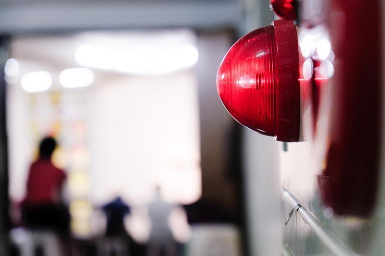 czerwony włącznik alarmowy
